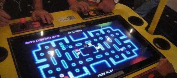 Na foto, pessoas jogam Pac-Man. Nakamura fundou a empresa que criou o jogo clássico