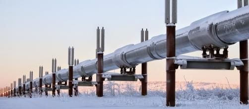 An oil pipeline in Alaska. Photo by Robson Machado, Pixabay.