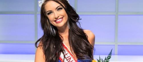 Miss Canadá foge dos padrões impostos e exibe corpo com belas curvas.