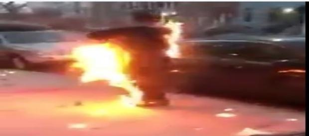 Apesar das chamas, sujeito se comporta naturalmente, sem demonstrar preocupação (NYCFireWire)