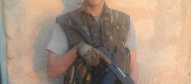 Imagen de Ryan Lock posando en Siria con su arma.