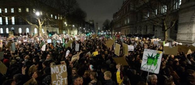 Londra, migliaia manifestano davanti a Downing Street contro la ... - corriere.it
