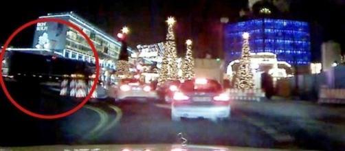 Un fotogramma del video che dimostra come non ci fosse nessuna colluttazione a bordo del tir tra Amri e il camionista polacco