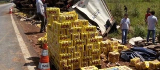 Acidente na BR-163 com caminhão cheio de cerveja