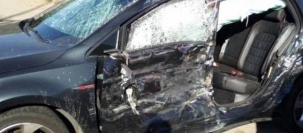 O carro dos jovens ficou destruído