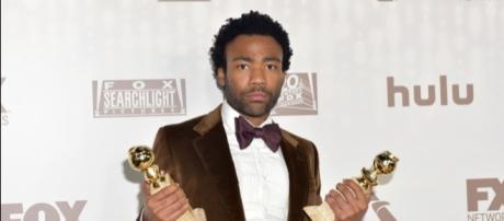 Donald Glover com seus prêmios no Globo de Ouro pela série Atlanta. Créditos: RODIN ECKENROTH / GETTY IMAGES