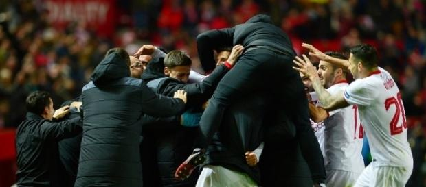 Equipe do Sevilla comemorando o gol da virada. Créditos: Facebook/UEFA Champions League