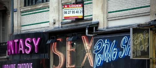 Una calle del barrio parisino de Pigalle, conocido por encontrarse allí el famoso Moulin Rouge, muchas sex-shops y demás tiendas de erotismo o sexo.