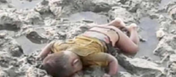 Bebê aparece morto em margens de rio