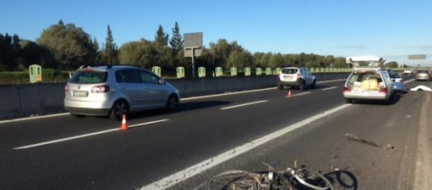 I resti della bicicletta sul luogo del tragico incidente mortale.