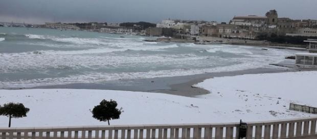 Il mare di Otranto e la spiaggia innevata.