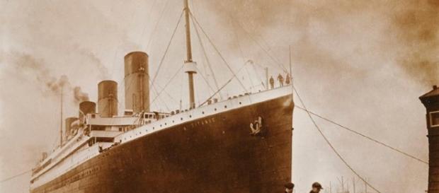 Las fotos expuestas recientemente muestran una sospechosa mancha negra en el lateral derecho del barco. Foto vía Senan Molony