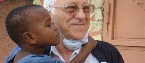 El Padre Ángel en un centro infantil