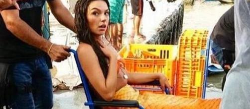 Isis Valverde é vista em cadeira de rodas em Belém do Pará.
