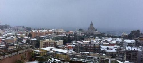 Italia al gelo, la neve imbianca il Sud: disagi per i trasporti
