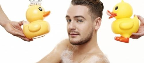 Jeremstar dans sa fameuse baignoire !