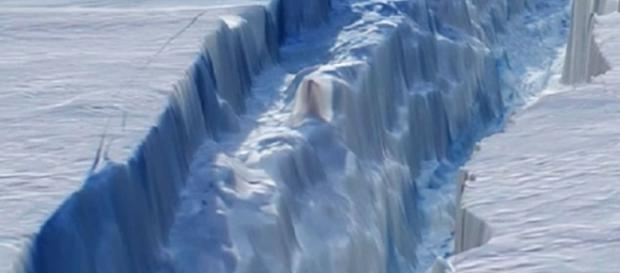 Crack Splitting Antarctica Grows At Accelerated Rate. Photo: Blasting News Library - ufoholic.com