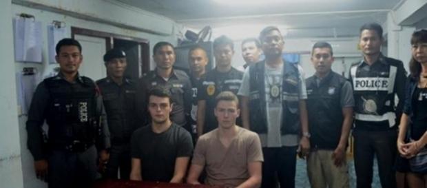 Due turisti italiani distruggono bandiera in Thailandia: rischio carcere