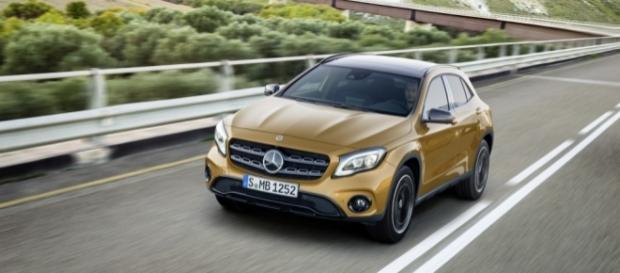 Mercedes-Benz GLA 45 2017 tem novo para-choque frontal e grade redesenhada com barras cromadas
