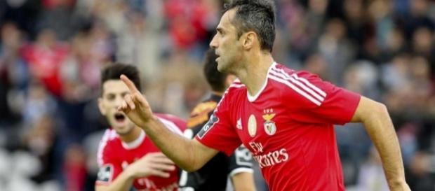 O Benfica e o V. Guimarães discutem o apuramento para as meias-finais da Taça da Liga