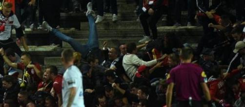 Il momento del crollo della barriera dello stadio di Amiens