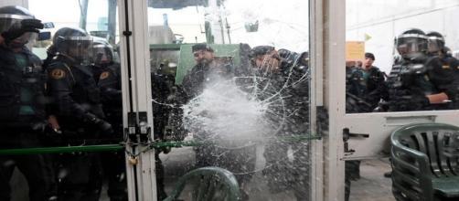 La police espagnole se saisit des urnes pendant le référendum en Catalogne.