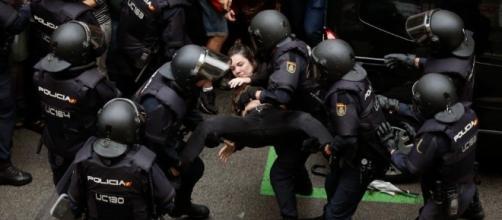 La policía llevando una manifestante