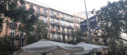 Los balcones de la calle Alcalá (Madrid) visten la rojigualda.