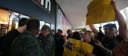 Manifestantes agridem funcionários do MAM em protesto contra performance