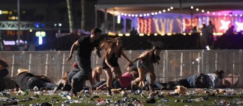 Pessoas correndo de ataque em Las Vegas nesta segunda (02)