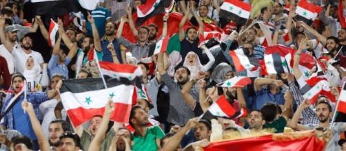 Tifosi siriani in festa a Damasco dopo la qualificazione al play off continentale