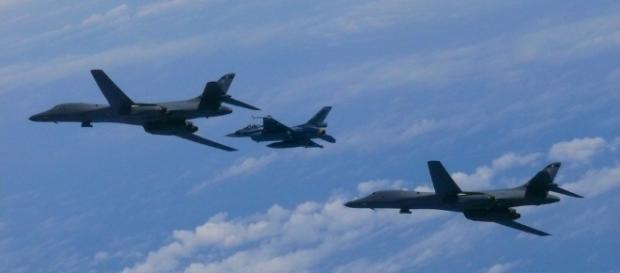 EUA realiza novo exercício militar ao enviar bombardeiros para sobrevoar Península Coreana.