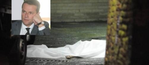 Il corpo del manager Mps David Rossi riverso a terra subito dopo il suo presunto suicidio
