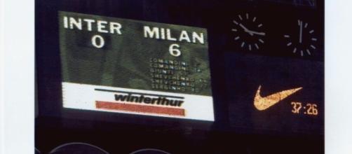 Il tabellone dello stadio Meazza la sera dell'11 maggio 2001