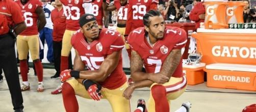 "Kaepernick, le quarterback à l'origine du mouvement ""take a knee"""