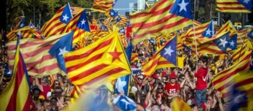 Puigdemont annuncia indipendenza, poi la sospende