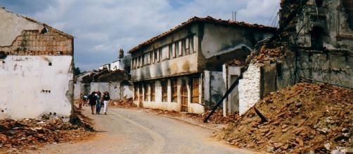 Vista de una localidad kosovar en 1999, destruida por la Guerra de Kosovo por marietta amarcord from italy/Wikimedia Commons