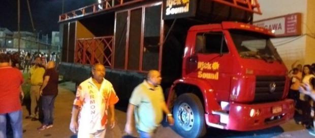 Micareta ao ar livre - Falta de luz leva final de samba enredo para vila Olímpica atrás da quadra (créditos Carnavalesco.com.br)