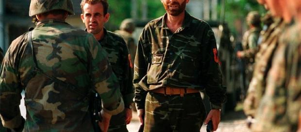 Miembros del Ejército de Liberación del Kosovo por DoD photo by Sgt. Craig J. Shell, U.S. Marine Corps/Wikimedia Commons