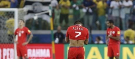 Alexis se lamenta tras uno de los goles de Brasil