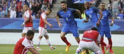 À l'image d'Olivier Giroud (au centre, devant Sidibé et Payet), les Bleus recherchent l'efficacité avant tout. (rtl.fr)
