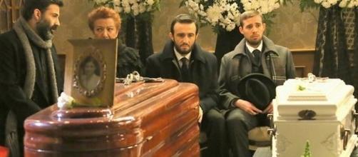 Il Segreto: il funerale doloroso di Candela e il figlio