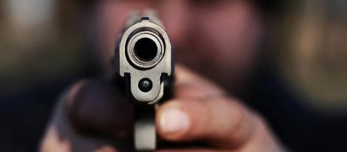 Latina: sorprende 3 uomini a rubare in casa, spara e ne uccide uno.