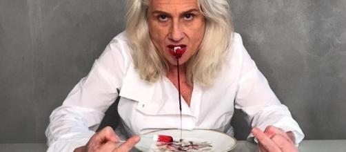 Vera Holtz com absorvente ensanguentado na boca (foto:vogue.globo.com)