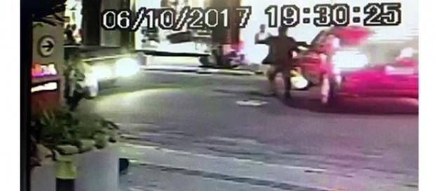 Imagens das câmeras de segurança do supermercado mostram o momento que a vítima é abordada