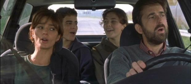 Laa scena del film dove la famiglia Sermonti unita e felice canta Insieme a te non ci sto più