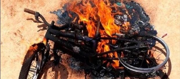 Menino chora ao levar bicicleta para ser queimada