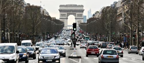 Avenida Champs-Elysées, um dos símbolos de Paris