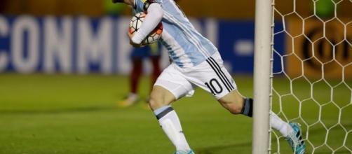 Messi marca 3 vezes em partida decisiva