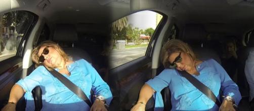 Terelu se queda dormida en el taxi.